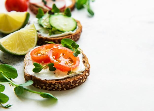 白地にヘルシーな野菜とマイクログリーンのサンドイッチ
