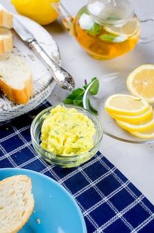 Бутерброды с домашним пряным травяным маслом и специями