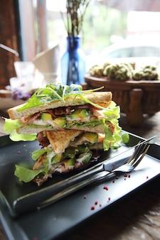木の背景に会うと野菜のサンドイッチ
