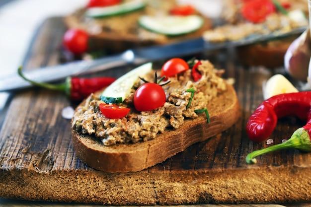 木の板にパテのサンドイッチ