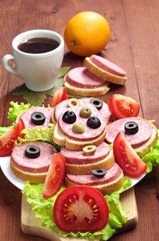サラミ、レタス、オリーブのサンドイッチ
