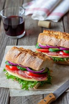 ソーセージ、チーズ、グリーンサラダのサンドイッチ
