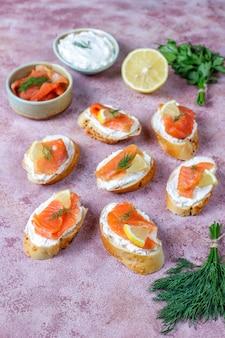 Бутерброды с копченым лососем и сливочным сыром и укропом.
