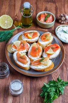 Panini con salmone affumicato e crema di formaggio e aneto.