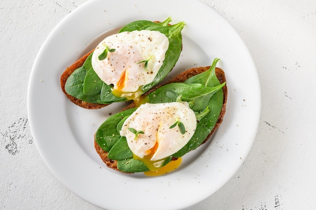 Sandwiches with spinach and poached egg