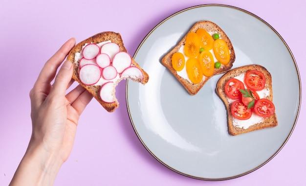 Бутерброды с овощами и сливочным сыром на тарелке