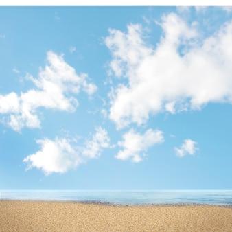 空を背景に砂浜