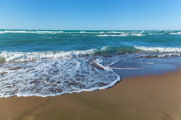 カザフスタンのバルハシ湖の砂浜と青い海