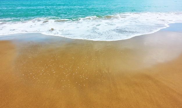 모래 해변과 부드러운 바다 서핑 - 자신의 텍스트를 위한 넓은 공간이 있는 배경