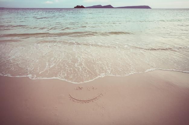 海の海岸の砂浜。旅行の背景。