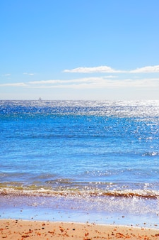 Песчаный пляж на тенерифе, канарские острова. спокойный морской пейзаж атлантического океана