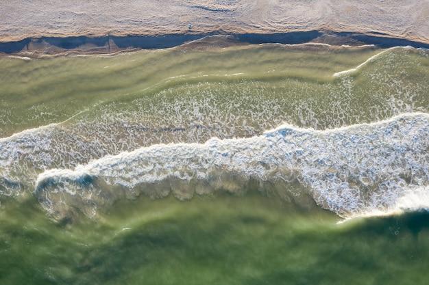 Песчаный пляж на берегу моря