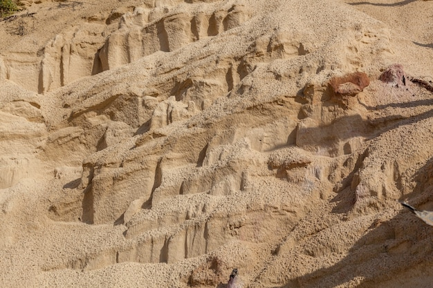 물줄기의 패턴이 있는 모래 해변 모래 표면의 질감
