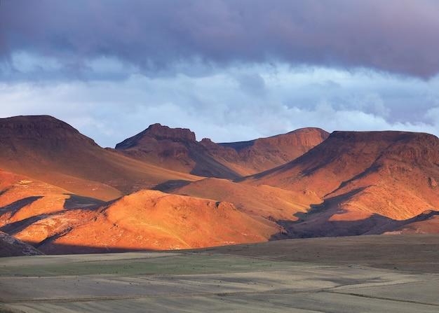南アフリカのバークレー峠の砂浜の山々