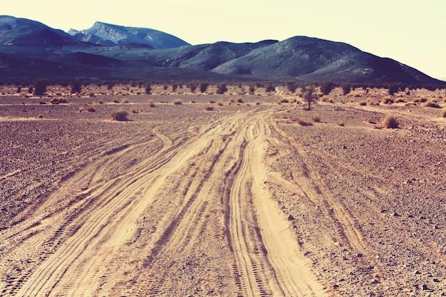 モロッコ、アフリカの砂漠のサンディ道路