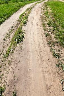 田舎のアスファルトのない砂の道。