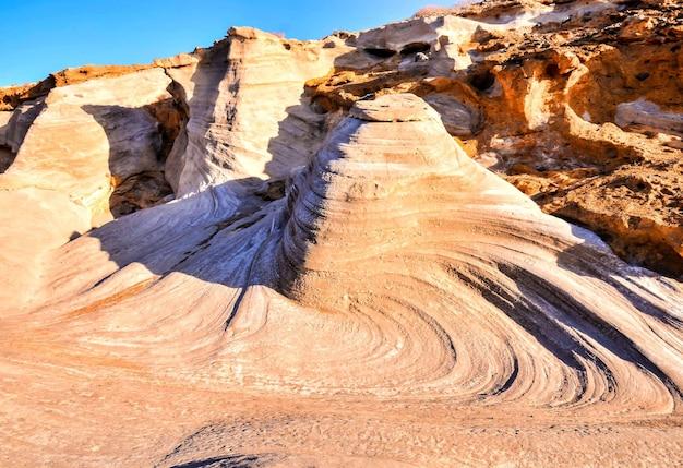 여름 더운 날 햇빛에 비추는 모래 바위