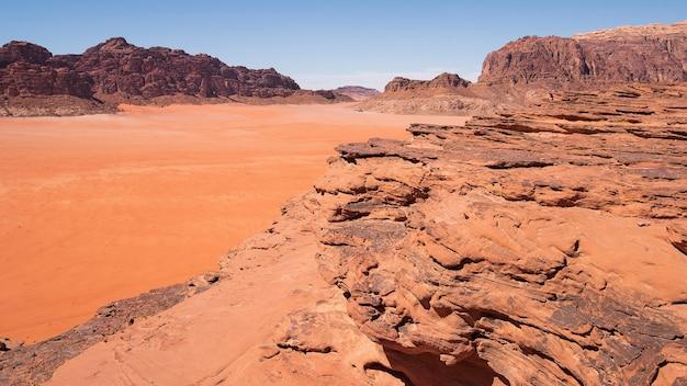 Песчаные скалы в жаркой пустыне вади рам