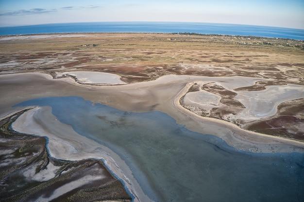 Песчаное болото у красивого озера, дрон-камера