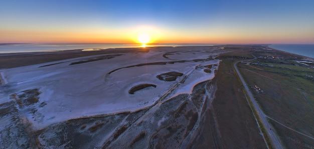 아름다운 호수 근처의 모래 늪, 평면도, 무인 항공기 카메라