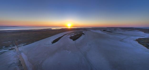 美しい湖の近くの砂浜、上面図、ドローンカメラ