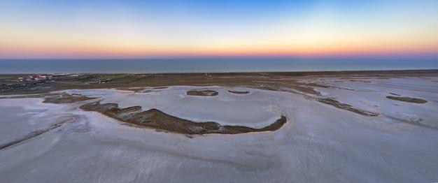 Песчаное болото у красивого озера