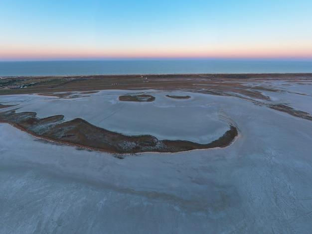 아름다운 호수 근처의 모래 늪
