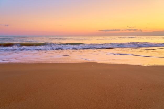 Песчаный тропический пляж на закате
