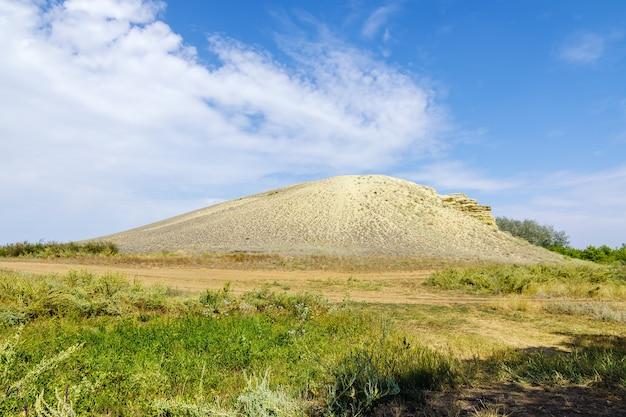 オレンブルク州の草原スネークマウンテン自然ランドマークソリレツク地区の砂岩の丘