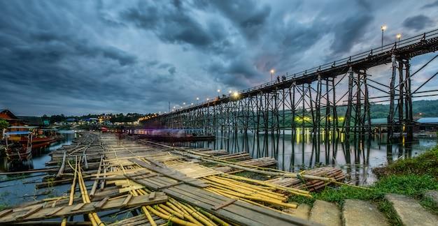Sangkhlaburi地区、カンチャナブリー、タイの木造橋(モン橋)