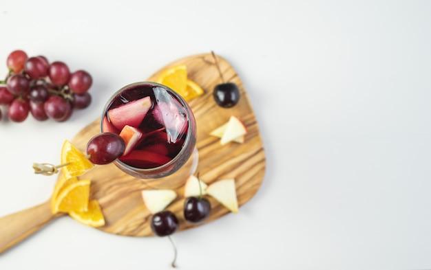 フルーツの装飾が施されたサングリアガラス。伝統的なスペインの飲み物。スペースをコピーします。ハイアングル。