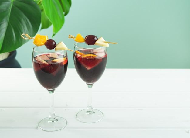白と緑の背景にサングリアグラス。伝統的なスペインの飲み物。スペースをコピーします。