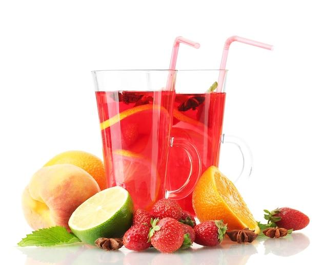 白で隔離の果物とグラスのサングリア
