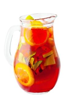 Кувшин сангрии. винный напиток со льдом и фруктами