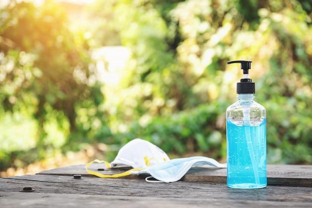 바이러스 감염 및 확산을 방지하기 위해 손을 씻고 나무 테이블을 청소하기위한 위생 마스크와 알코올 젤이 필수적입니다.