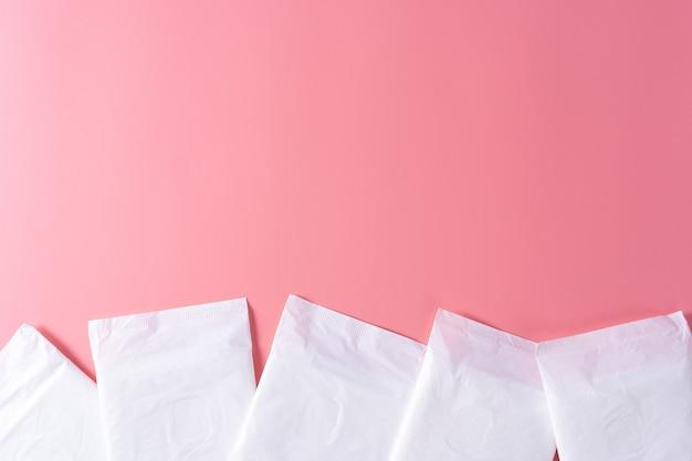위생 패드, 분홍색 배경에 생리대. 월경, 여성 위생, 평면도.