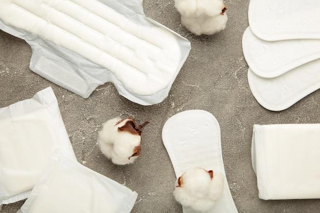 灰色の背景に綿の生理用ナプキン。女性時代