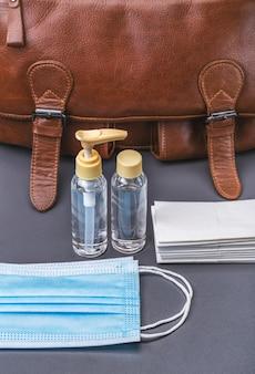 Дезинфицирующие средства, антисептики и другие средства защиты берите с собой в сумку во время эпидемии. студийный снимок.