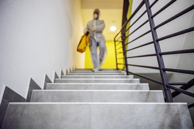 内部表面を消毒します。建物内部の清掃と消毒、covid-19の流行。消毒活動のためのセッションチーム。感染の予防と流行の抑制。