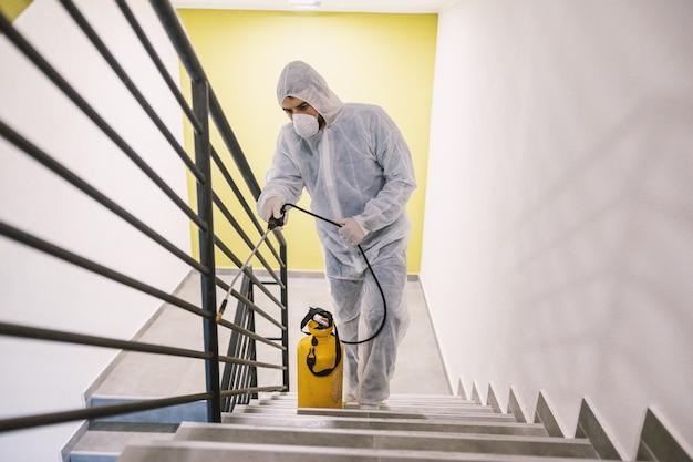 内部表面を消毒します。建物内の洗浄と消毒