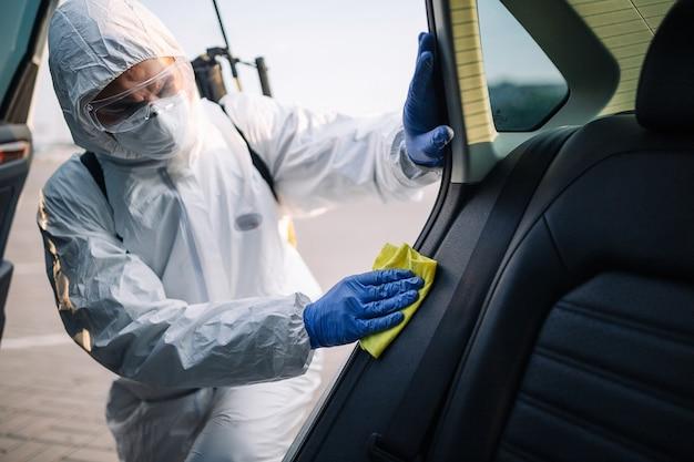 서비스 작업자를 살균하여 차량 내부를 청소합니다.