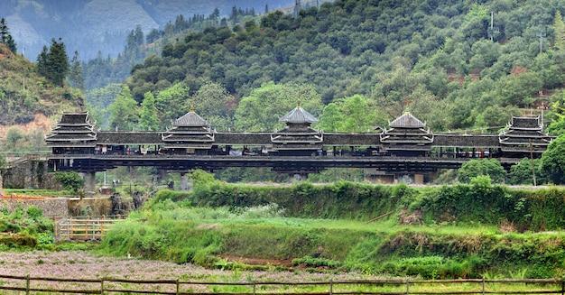 三江、広西チワン族自治区、中国、風雨橋、広西自治区、古代の木造橋、三江の町の近くにあるランドマークの村chengyang。