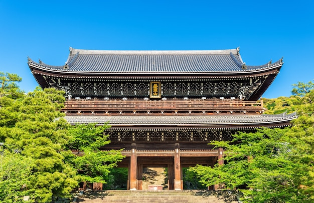 Ворота санмон храма тион-ин в киото - япония
