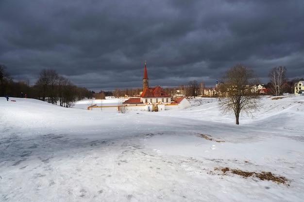 古い宮殿のサニー春の景色。美しい自然の風景の中に古いマルタの宮殿と白い雪の風景。ガッチナ。ロシア。