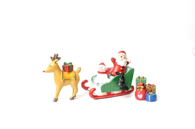 サンタとクマはそりに座って、プレゼントを持って幸せの祭りを待っていました