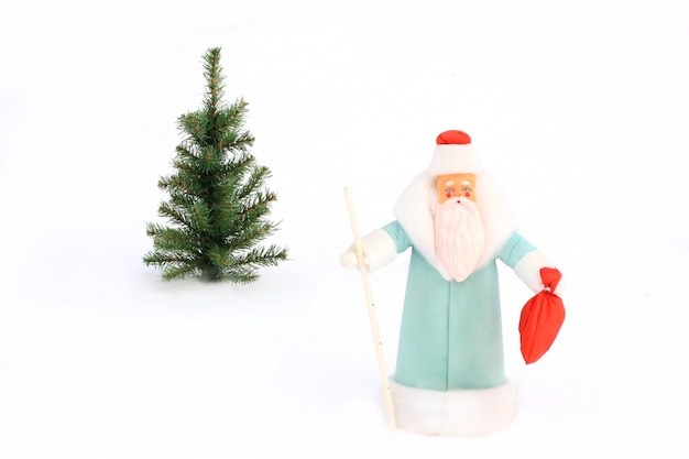 눈 속에서 산타 클로스와 크리스마스 트리