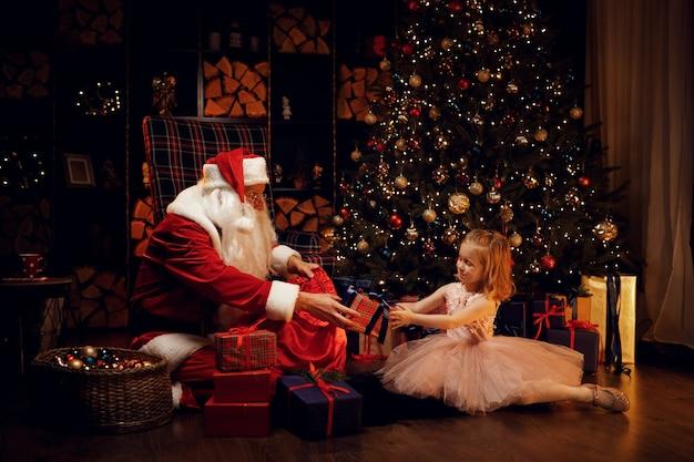 Санта-клаус и маленькая девочка на рождество