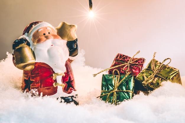 메리 크리스마스와 새 해 복 많이 받으세요 밤 빛에 산타 클로스와 장식 크리스마스 장식