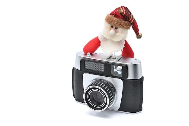 新年とクリスマスの白い背景の上のサンタクロースとビンテージカメラ