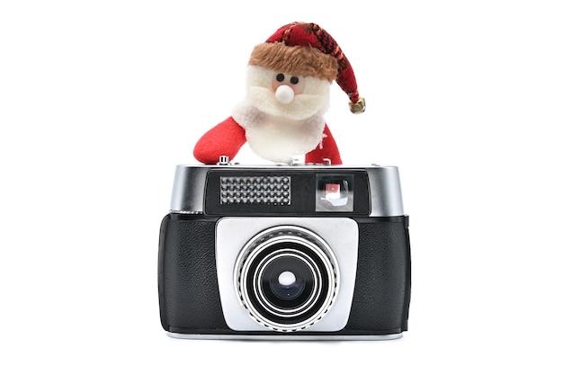 新年とクリスマスのための白い分離背景にサンタクロースとビンテージカメラ